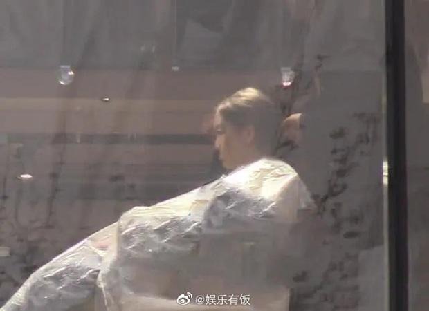 Cô con gái 13 tuổi nhà Vương Phi - Lý Á Bằng ngày càng sành điệu, được mẹ cưng chiều, có xe sang đưa đón - Ảnh 2.