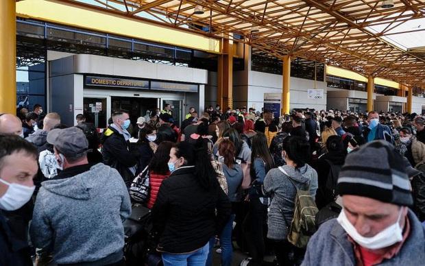 Hàng ngàn lao động Romania đổ sang Đức bất chấp dịch Covid-19 - Ảnh 1.