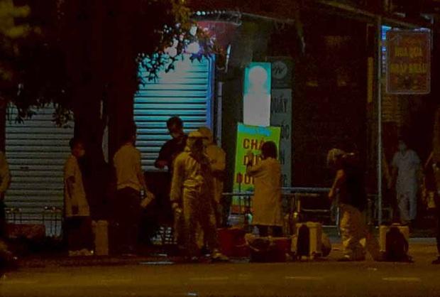 Cận cảnh hơn 300 nhân viên y tế lấy mẫu xét nghiệm SARS-CoV-2 cho người dân thôn Hạ Lôi trong đêm - Ảnh 3.