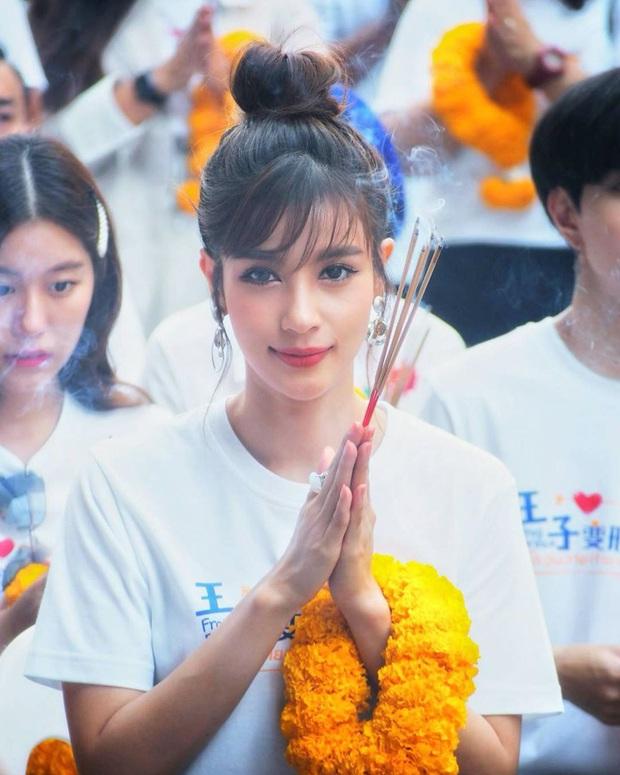 Nhan sắc và style của mỹ nhân Thái bóc phốt Huyền Baby: Dù cùng tuổi mà đẹp thần sầu, lấn át cả hot mom Việt - Ảnh 3.