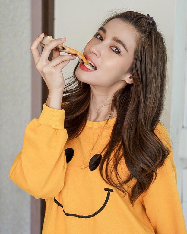 Nhan sắc và style của mỹ nhân Thái bóc phốt Huyền Baby: Dù cùng tuổi mà đẹp thần sầu, lấn át cả hot mom Việt - Ảnh 4.