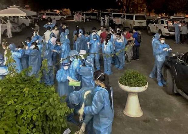 Cận cảnh hơn 300 nhân viên y tế lấy mẫu xét nghiệm SARS-CoV-2 cho người dân thôn Hạ Lôi trong đêm - Ảnh 6.