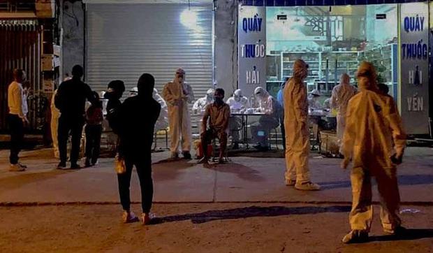 Cận cảnh hơn 300 nhân viên y tế lấy mẫu xét nghiệm SARS-CoV-2 cho người dân thôn Hạ Lôi trong đêm - Ảnh 7.