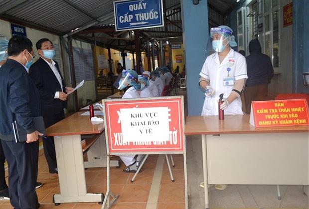 Lo ngại dịch COVID-19 bùng phát, Hà Nội sàng lọc từ cổng bệnh viện - Ảnh 1.