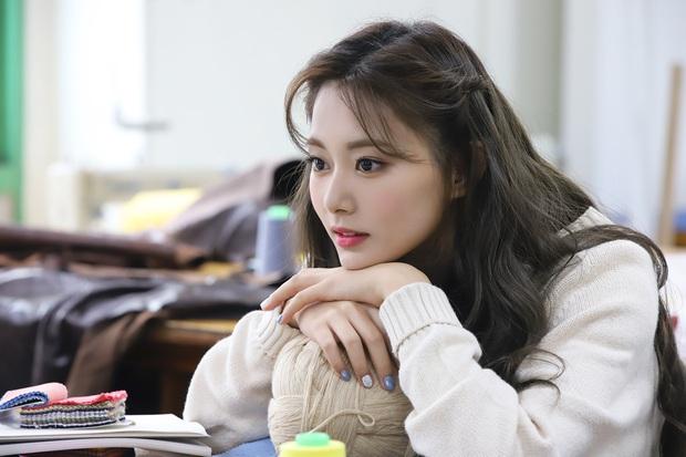 Thành viên hụt của BLACKPINK - Miyeon sở hữu chiếc mũi cao vút như cầu tuột khiến netizen ghen tỵ - Ảnh 10.