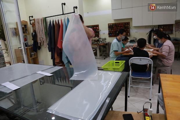 Người Hà Nội chế tạo đai đeo khẩu trang giảm đau tặng các y bác sĩ tuyến đầu chống dịch: Nếu đạt chất lượng thì chúng tôi sẽ làm ra nhiều hơn nữa - Ảnh 4.
