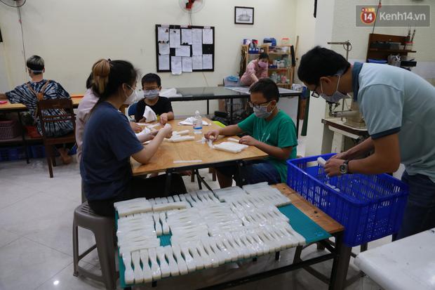 Người Hà Nội chế tạo đai đeo khẩu trang giảm đau tặng các y bác sĩ tuyến đầu chống dịch: Nếu đạt chất lượng thì chúng tôi sẽ làm ra nhiều hơn nữa - Ảnh 11.