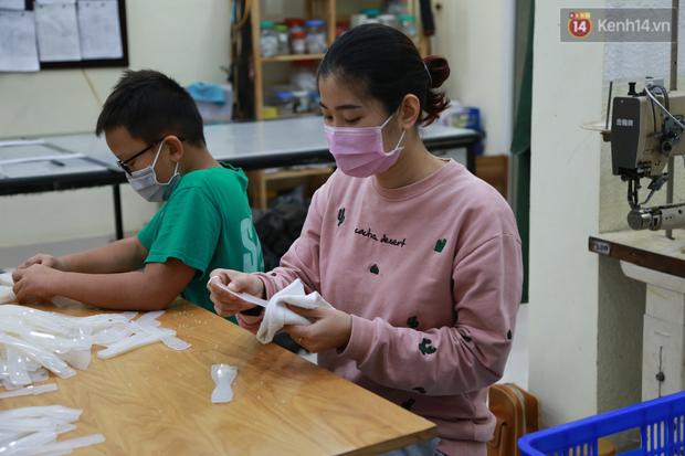 Người Hà Nội chế tạo đai đeo khẩu trang giảm đau tặng các y bác sĩ tuyến đầu chống dịch: Nếu đạt chất lượng thì chúng tôi sẽ làm ra nhiều hơn nữa - Ảnh 13.