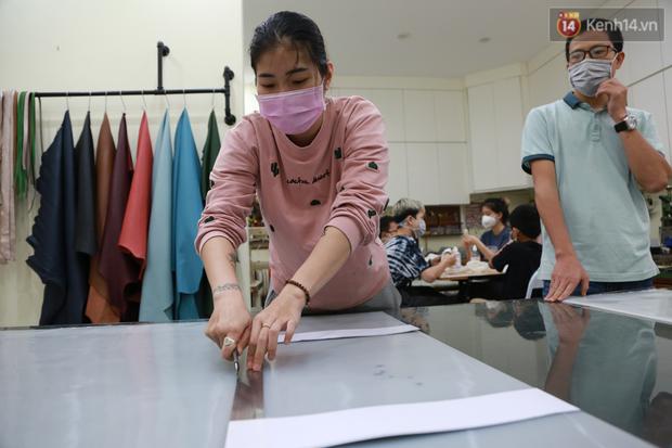 Người Hà Nội chế tạo đai đeo khẩu trang giảm đau tặng các y bác sĩ tuyến đầu chống dịch: Nếu đạt chất lượng thì chúng tôi sẽ làm ra nhiều hơn nữa - Ảnh 2.