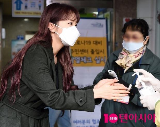 Park Seo Joon, T-ara và dàn sao Hàn đi bầu cử mùa dịch: Khẩu trang, găng tay đầy đủ, thành viên BLACKPINK hụt chiếm spotlight - Ảnh 13.