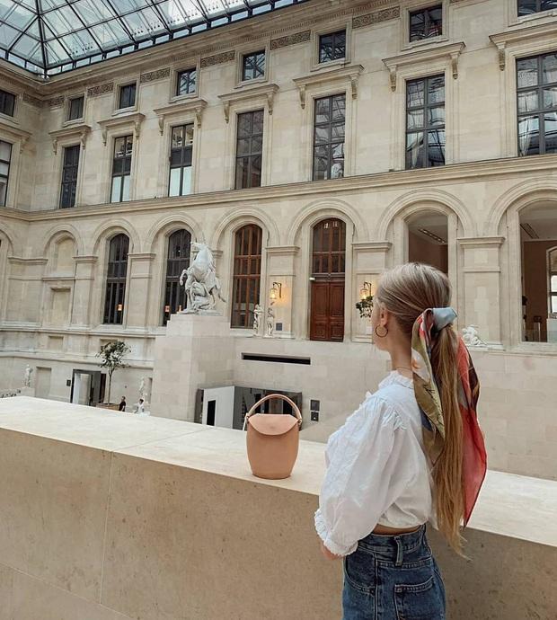 Phụ nữ Pháp có 3 cách buộc tóc để diện mạo luôn tươi mới và toát lên vẻ tao nhã, sang trọng - Ảnh 2.
