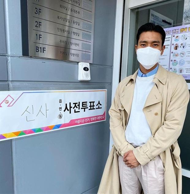 Park Seo Joon, T-ara và dàn sao Hàn đi bầu cử mùa dịch: Khẩu trang, găng tay đầy đủ, thành viên BLACKPINK hụt chiếm spotlight - Ảnh 3.