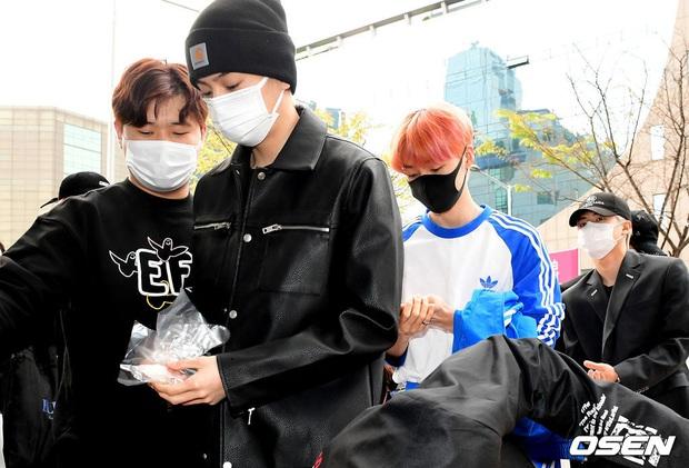 Park Seo Joon, T-ara và dàn sao Hàn đi bầu cử mùa dịch: Khẩu trang, găng tay đầy đủ, thành viên BLACKPINK hụt chiếm spotlight - Ảnh 11.