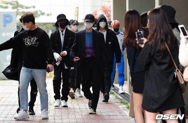 Park Seo Joon, T-ara và dàn sao Hàn đi bầu cử mùa dịch: Khẩu trang, găng tay đầy đủ, thành viên BLACKPINK hụt chiếm spotlight - Ảnh 10.