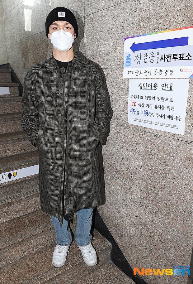 Park Seo Joon, T-ara và dàn sao Hàn đi bầu cử mùa dịch: Khẩu trang, găng tay đầy đủ, thành viên BLACKPINK hụt chiếm spotlight - Ảnh 18.