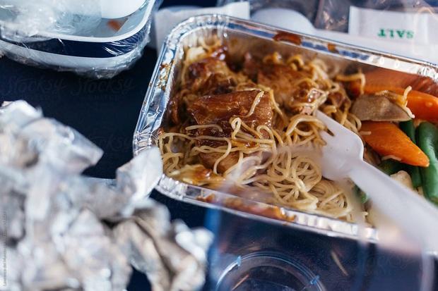 Chuyện gì xảy ra với đồ ăn thừa trên máy bay? Câu trả lời có thể sẽ khiến bạn vừa bất ngờ, vừa... áy náy - Ảnh 4.