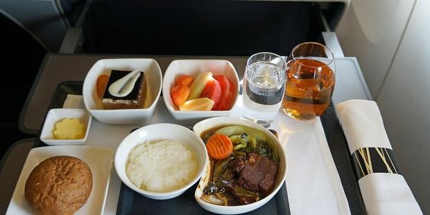 Chuyện gì xảy ra với đồ ăn thừa trên máy bay? Câu trả lời có thể sẽ khiến bạn vừa bất ngờ, vừa... áy náy - Ảnh 2.