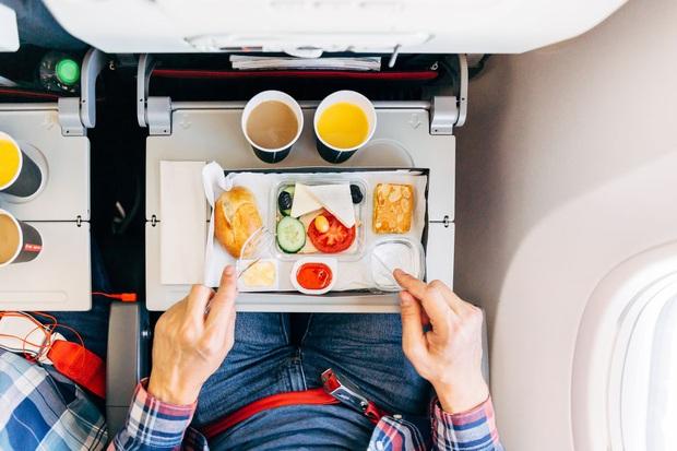 Chuyện gì xảy ra với đồ ăn thừa trên máy bay? Câu trả lời có thể sẽ khiến bạn vừa bất ngờ, vừa... áy náy - Ảnh 1.