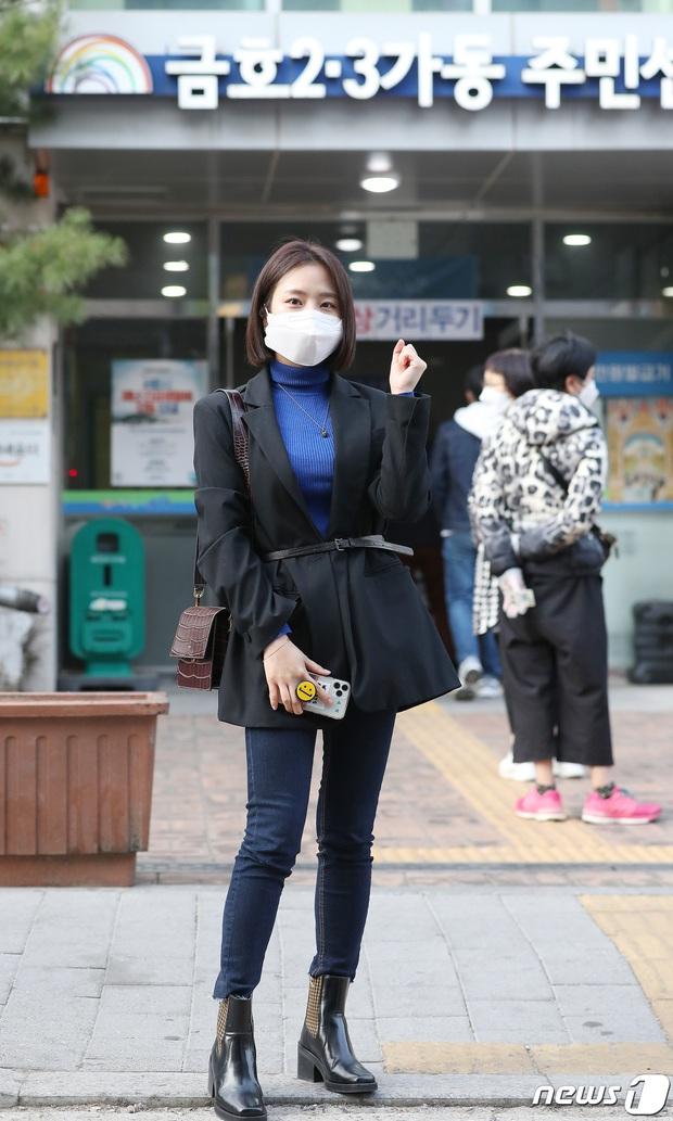 Park Seo Joon, T-ara và dàn sao Hàn đi bầu cử mùa dịch: Khẩu trang, găng tay đầy đủ, thành viên BLACKPINK hụt chiếm spotlight - Ảnh 17.