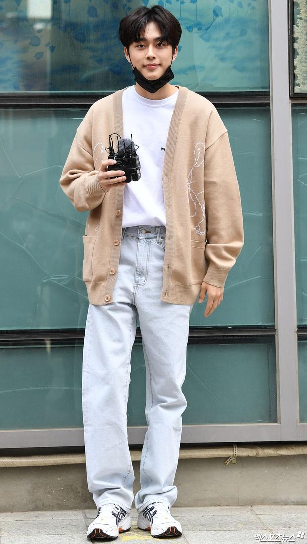 Park Seo Joon, T-ara và dàn sao Hàn đi bầu cử mùa dịch: Khẩu trang, găng tay đầy đủ, thành viên BLACKPINK hụt chiếm spotlight - Ảnh 19.