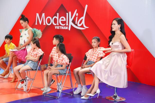 Model Kid Vietnam: Lần đầu tiên team Hương Ly chiến thắng, liên minh Lan - Thủy nhất loạt kiến nghị lên giám khảo - Ảnh 7.