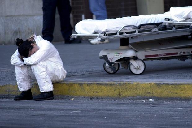 Từ chiếc băng ca trống rỗng trong vụ khủng bố 11/9 đến bệnh viện vỡ trận vì đại dịch Covid-19: Ký ức không thể quên của nữ y tá New York - Ảnh 4.