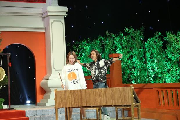 Lynk Lee xuất hiện với diện mạo mới nữ tính, tự nhận mình mới 18 tuổi trên sóng truyền hình - Ảnh 3.