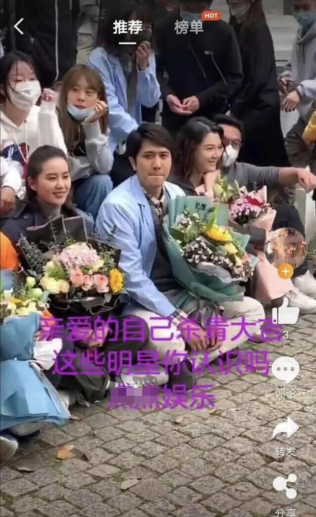Ảnh hậu trường của Lưu Thi Thi khiến Cnet ngã ngửa: Gương mặt tròn xoe, khác hoàn toàn visual đỉnh cao trên tạp chí - Ảnh 2.
