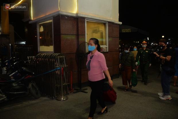 0h ngày 12/4, Bệnh viện Bạch Mai chính thức được dỡ bỏ lệnh phong toả: Hàng trăm y bác sĩ bật khóc vì được về với gia đình - Ảnh 8.