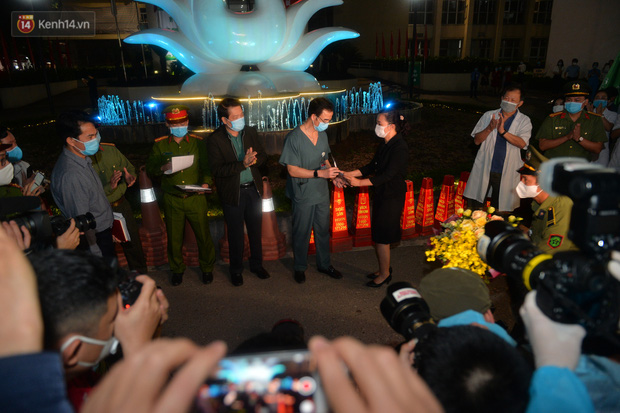 0h ngày 12/4, Bệnh viện Bạch Mai chính thức được dỡ bỏ lệnh phong toả: Hàng trăm y bác sĩ bật khóc vì được về với gia đình - Ảnh 2.