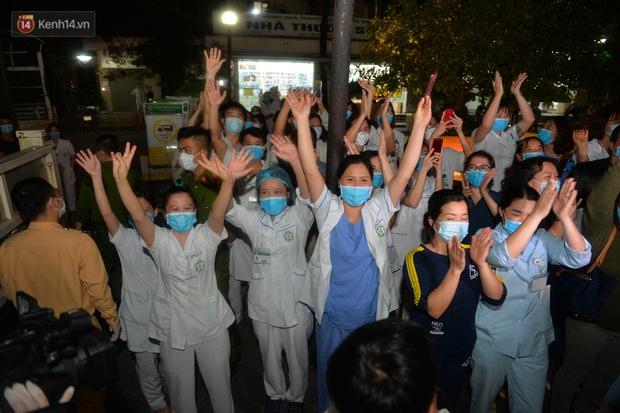 0h ngày 12/4, Bệnh viện Bạch Mai chính thức được dỡ bỏ lệnh phong toả: Hàng trăm y bác sĩ bật khóc vì được về với gia đình - Ảnh 4.