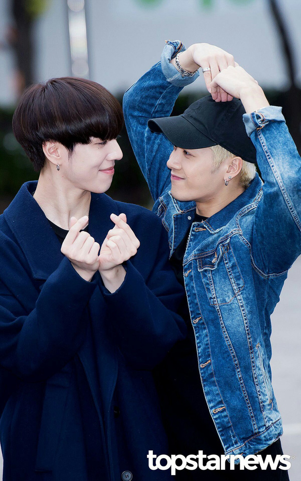 Hú hồn những màn khóa môi gây sốc nhất lịch sử Kpop: Người như ngoạm sống bạn cùng giới, bí ẩn nhất là sự cố của BTS - Ảnh 15.