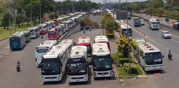 TP HCM: Tạm dừng hoạt động công ty 70.000 người, làm 3 ca, hàng ngày trên 800 xe đưa rước công nhân - Ảnh 1.