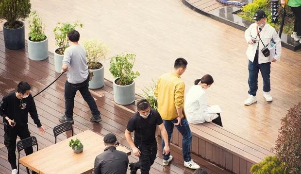Lộ cảnh Hoàng Cảnh Du ôm Lý Thấm ở hậu trường Hậu Duệ Mặt Trời bản Trung, phim đang quay mà fan đã đẩy thuyền tới bến - Ảnh 1.