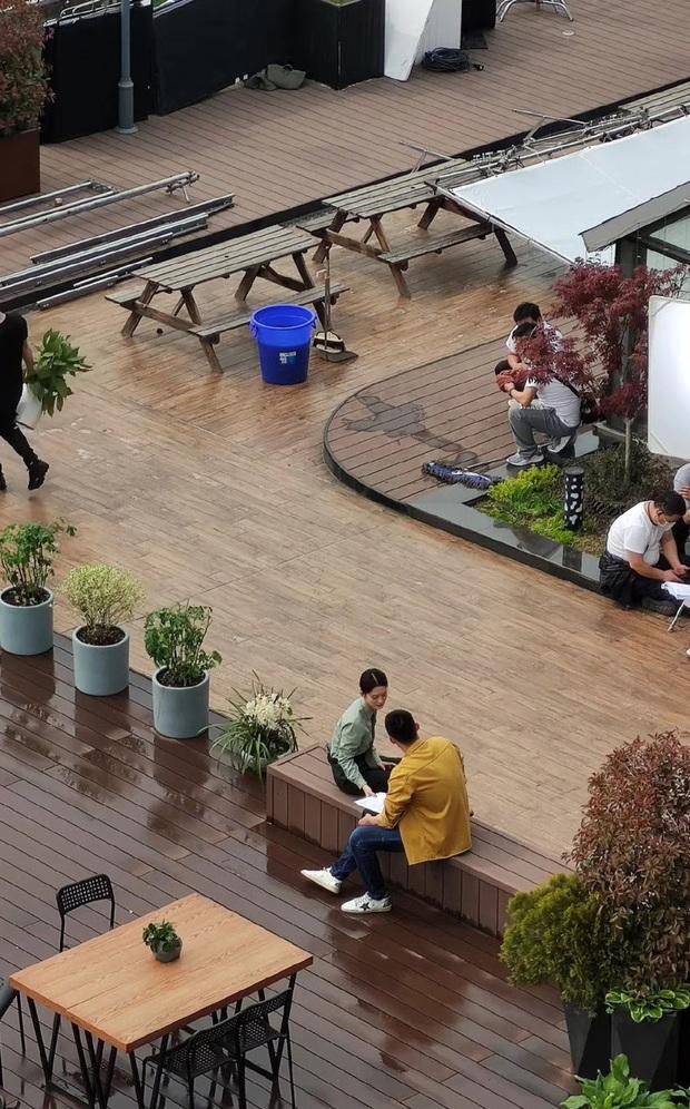 Lộ cảnh Hoàng Cảnh Du ôm Lý Thấm ở hậu trường Hậu Duệ Mặt Trời bản Trung, phim đang quay mà fan đã đẩy thuyền tới bến - Ảnh 2.