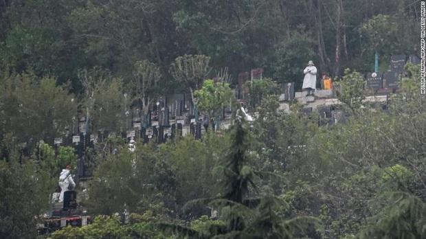 Trái tim tôi đã tan nát ở đây: Hàng ngàn người Vũ Hán xếp hàng để chôn cất người thân thiệt mạng vì đại dịch Covid-19 sau lệnh gỡ phong tỏa - Ảnh 3.