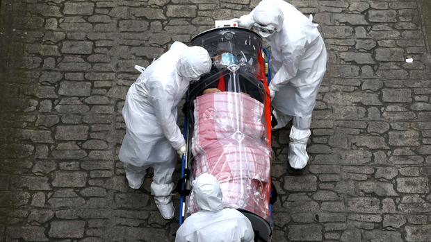 Ai sẽ trả tiền điều trị...: Y tá New York kể lại lời trăn trối đau lòng của một bệnh nhân nhiễm Covid-19, hé lộ sự thật đáng sợ nước Mỹ đang phải đối mặt - Ảnh 3.