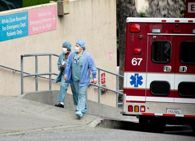 Cùng là 2 tiểu bang đông dân giàu có, vì sao California tránh được tình trạng bệnh viện vỡ trận như ở New York trong đại dịch Covid-19? - Ảnh 3.