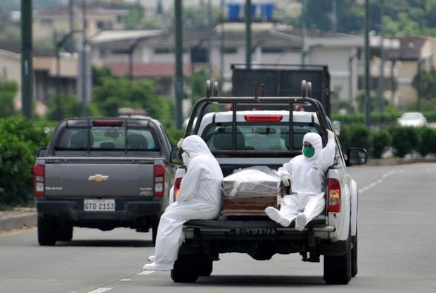 Ecuador giữa dịch Covid-19: Người dân mòn mỏi chờ nhận thi thể người thân, cảnh sát lại thu thập hơn 1.400 quan tài chờ được chôn cất - Ảnh 4.