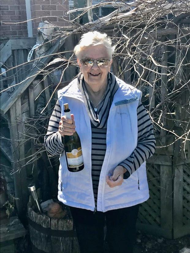 Cách ly ở nhà buồn chán, các cụ già liền mượn rượu giải sầu hết mình hơn cả giới trẻ - Ảnh 1.