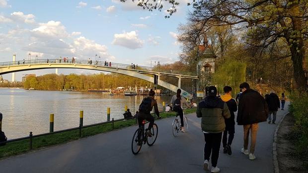 """Cảnh tượng khác nhau """"một trời một vực"""" tại nhiều điểm đến nổi tiếng Berlin giữa mùa dịch: Nơi nhộn nhịp người, chỗ lại vắng lạ thường - Ảnh 3."""