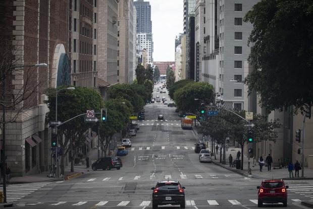 Cùng là 2 tiểu bang đông dân giàu có, vì sao California tránh được tình trạng bệnh viện vỡ trận như ở New York trong đại dịch Covid-19? - Ảnh 4.