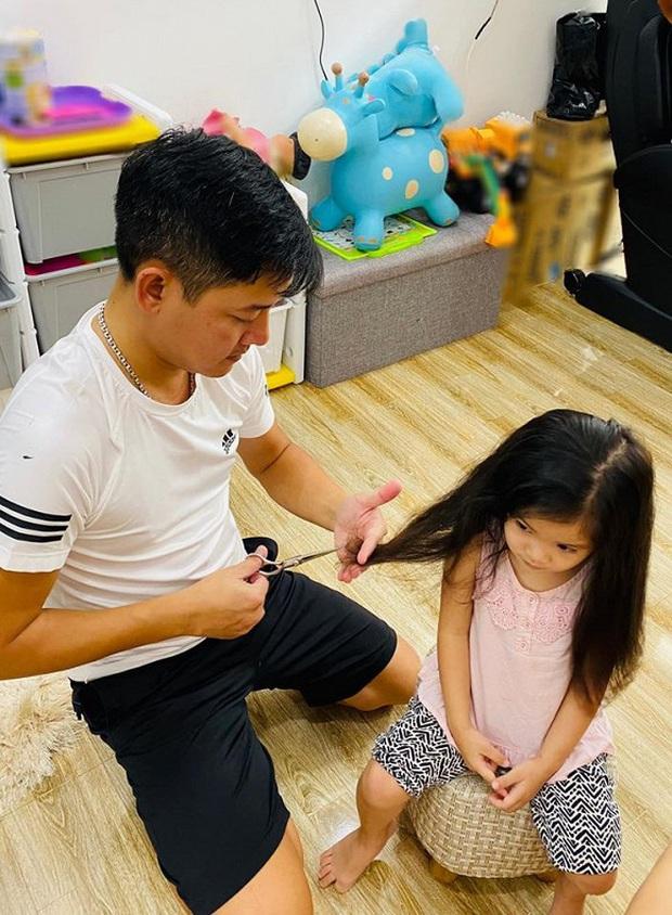 Sao Việt hóa thợ cắt tóc cho nhóc tỳ mùa dịch: Thu Minh chỉ sợ con biết thành quả, quỳ trước biểu cảm quý tử Hải Băng - Ảnh 4.