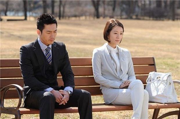 """""""Bà cả"""" Kim Hee Ae của Thế Giới Hôn Nhân: Nữ hoàng truyền hình chuyên trị phim ngoại tình, 53 tuổi vẫn """"xử gọn"""" cảnh nóng - Ảnh 12."""