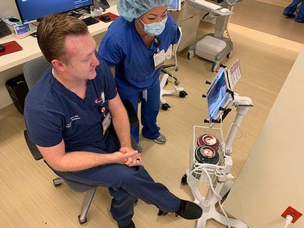 Bệnh viên đại gia tậu hàng trăm chiếc iPad làm kế sách thần thánh, giúp bác sĩ điều khiển từ xa để tránh lây Covid-19 - Ảnh 2.