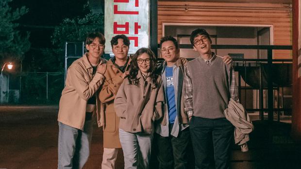 10 sự thật hay ho của hội anh chị đại Hospital Playlist: Jeong Won giả gái cực đỉnh, Jun Wan từng là tình cũ Son Ye Jin - Ảnh 14.