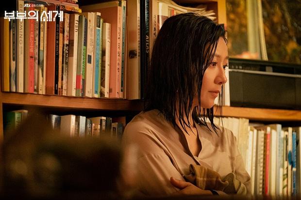 """""""Bà cả"""" Kim Hee Ae của Thế Giới Hôn Nhân: Nữ hoàng truyền hình chuyên trị phim ngoại tình, 53 tuổi vẫn """"xử gọn"""" cảnh nóng - Ảnh 14."""