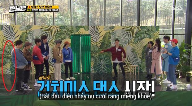 Jeon So Min lộ vẻ mệt mỏi, nép sau lưng Yang Se Chan rồi bất ngờ biến mất khi đang quay Running Man - Ảnh 6.