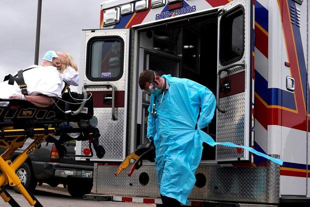 Được ca ngợi như người hùng, nhiều y bác sĩ bỗng dưng mất việc giữa đại dịch Covid-19 và thực trạng nhức nhối của ngành y tế Mỹ - Ảnh 2.