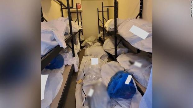 Hình ảnh tang thương tại một bệnh viện Mỹ giữa đại dịch Covid-19: Thi thể chất chồng, phải trữ trong phòng trống vì nhà xác đã quá tải - Ảnh 2.